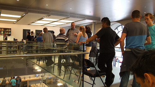 US iPhone 4 Shipping Date Slips Again, UK Remains Unchanged. AT&T At Fault?