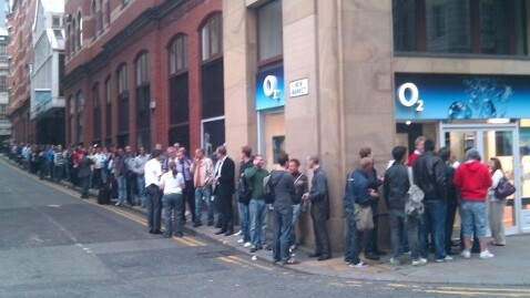 Thousands Queue as iPhone 4 Launches in the UK
