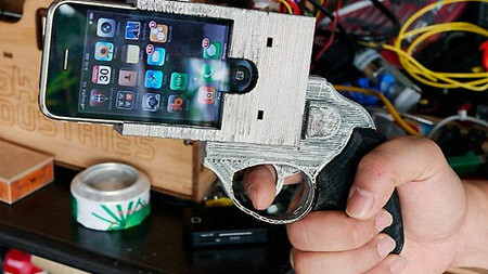 Robber holds up restaurant with an iPhone, bails when staff pull knives