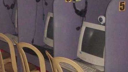 Omani authorities force Internet-cafe owners to share their users' data