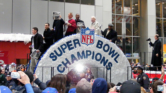 Who's going to win the Super Bowl? Let's ask the Internet [infographic]