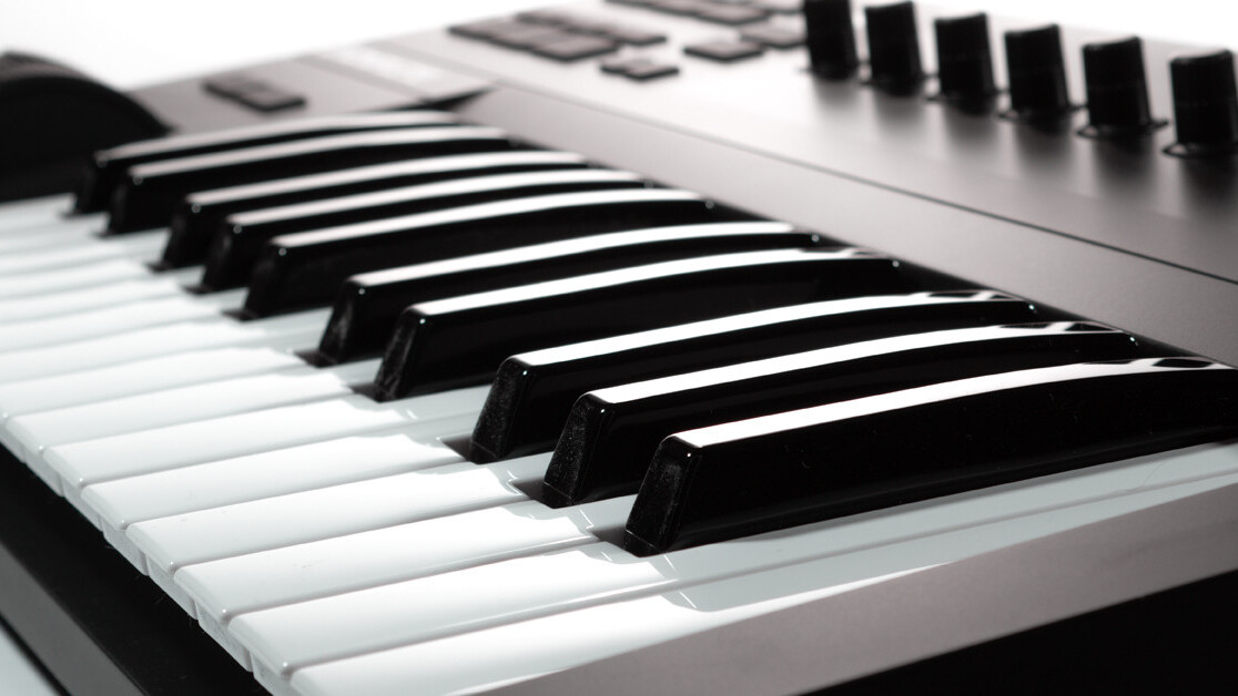 The Komplete Kontrol A25 is an excellent MIDI-controller without any