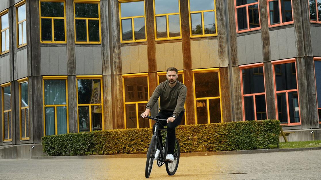 Электронный велосипед Cowboy настолько хорош, что я хочу покататься с ним на закате