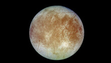 Jupiter's moon Europa glows in the dark — and that may tell us what's on it
