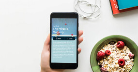 Blinkist not only summarizes a bestseller in 15 minutes. Now, they're turning their magic on podcasts