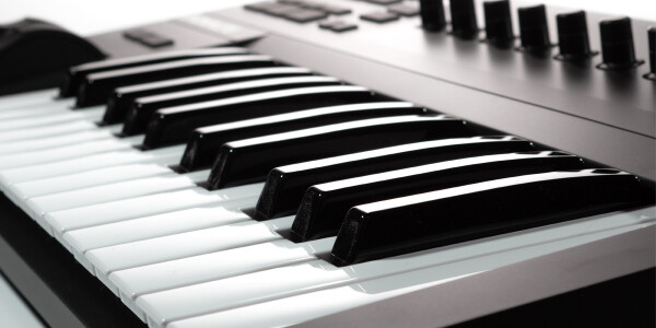 The Komplete Kontrol A25 is an excellent MIDI-controller without any bloat