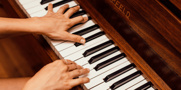 This AI generates music from silent piano performances